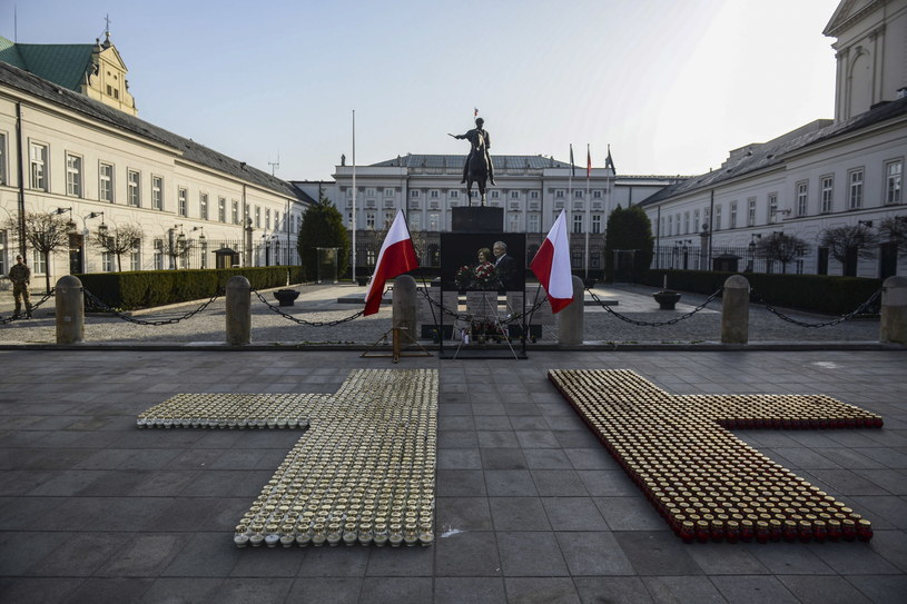 Znicze przed Pałacem Prezydenckim w Warszawie /Jakub Kamiński   /PAP