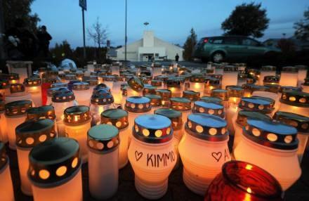 Znicze przed szkołą w Kauhajoki, gdzie zginęło 10 osób /AFP