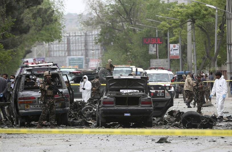 Zniszczeniu uległo wiele prywatnych samochodów osobowych / AP /East News