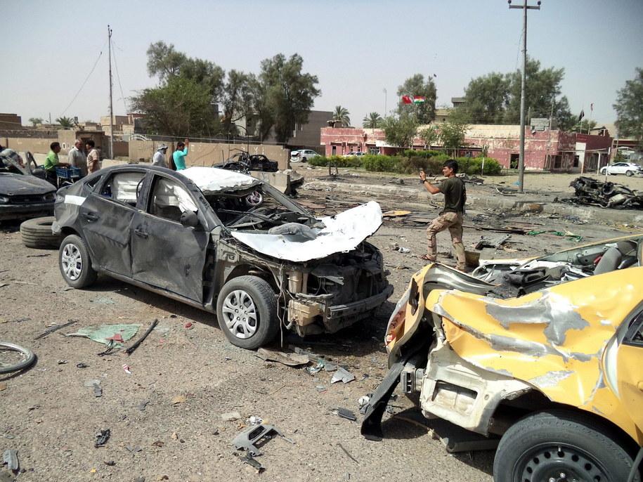 Zniszczone auta po bombardowaniu Tuz Khurmato /STR /PAP/EPA