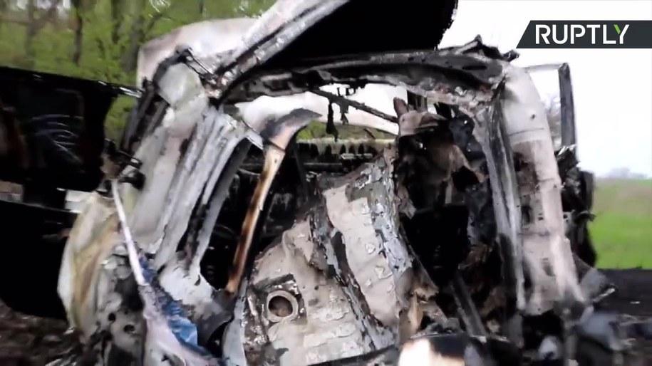 Zniszczone auto OBWE /RUPTLY/x-news