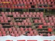 Zniszczone siedziska na stadionie Pogonii /www.pogon.v.pl