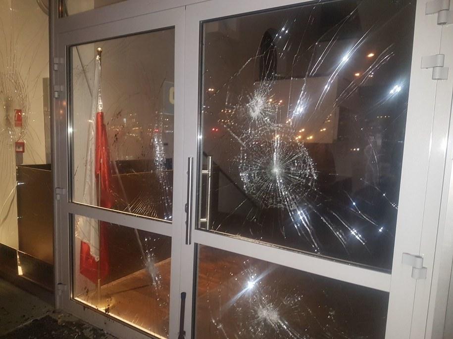 Zniszczone wejście do Ośrodka Kultury Muzułmańskiej w Warszawie /foto. Gorąca Linia RMF FM /