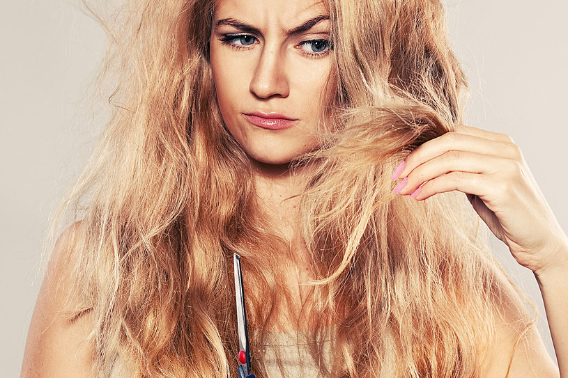 Zniszczone włosy potrzebują solidnej pielęgnacji. Sprawdź, jak o nie zadbać. /©123RF/PICSEL