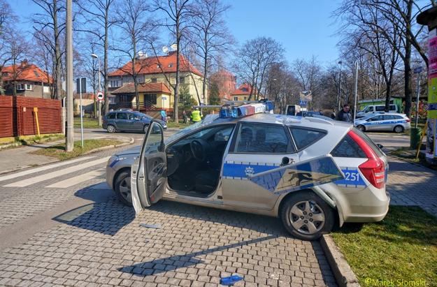 Zniszczony radiowóz /Policja