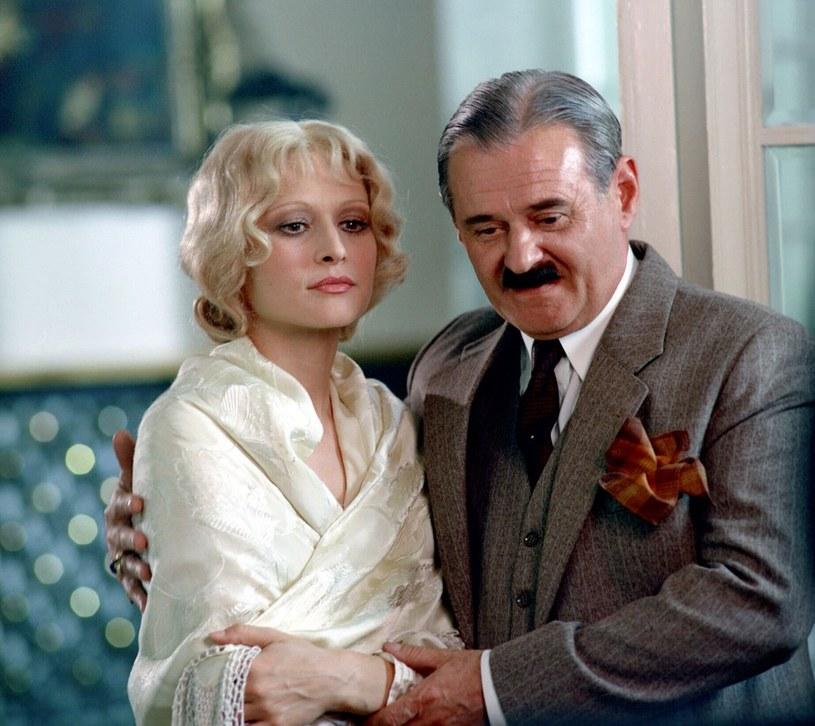 Znudzone damy – takie jak Nina (Grażyna Barszczewska) – mają na niego oko. Mąż (Bronisław Pawlik) może pójść w odstawkę... /East News/POLFILM
