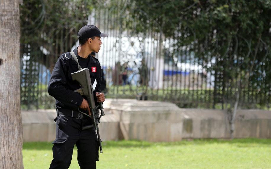 Żołnierz przed Muzeum Bardo //MOHAMED MESSARA /PAP/EPA