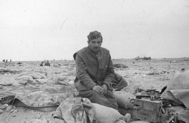 Żołnierz Samodzielnej Brygady Strzelców Karpackich w czasie bitwy pod Gazalą /Z archiwum Narodowego Archiwum Cyfrowego