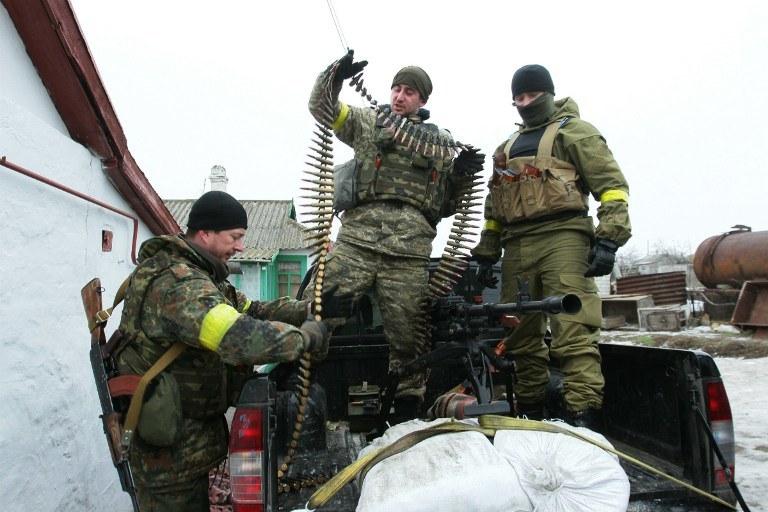 Żołnierz ukraińskiej armii przygotowuje broń, okolice Mariupola, zdj. zrobione 26.01.2015, fot. ilustracyjna /ANATOLII BOIKO /AFP