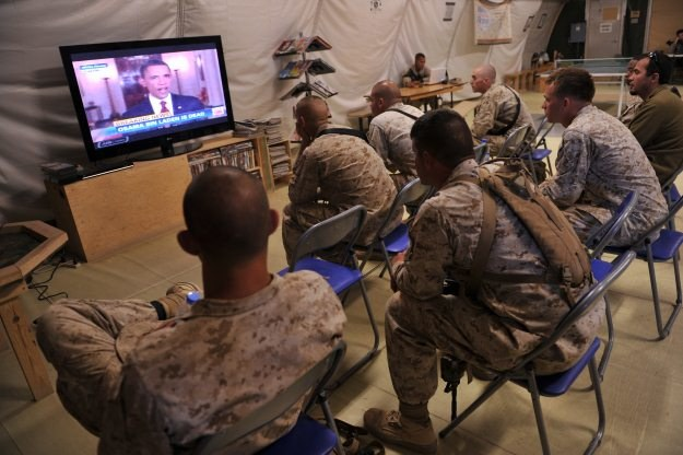 Żołnierze amerykańscy w Afganistanie słuchają, jak prezydent Obama obwieszcza śmierć bin Ladena /AFP