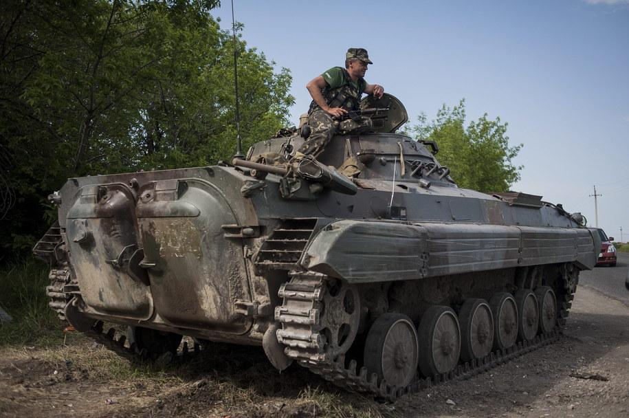 """Żołnierze batalionów """"Dniepr"""" i """"Azow wyparli separatystów z centrum Mariupola, zajęli ich sztab /ROMAN PILIPEY /PAP/EPA"""