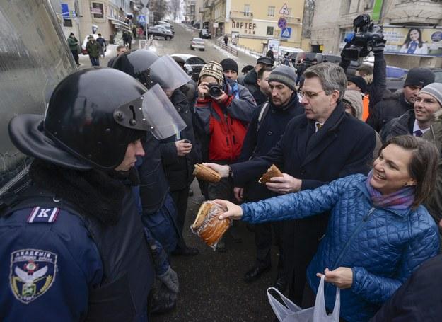 Żołnierze dziękowali z uśmiechem /Andrew Kravchenko /PAP/EPA
