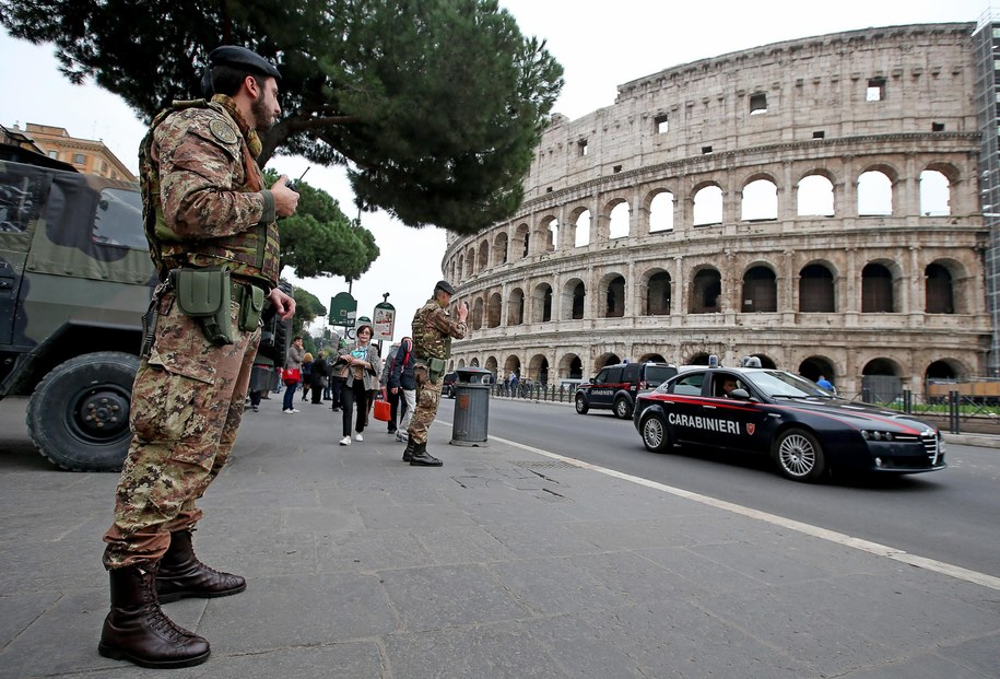 Żołnierze i karabinierzy patrolują okolice Koloseum /ALESSANDRO DI MEO    /PAP/EPA