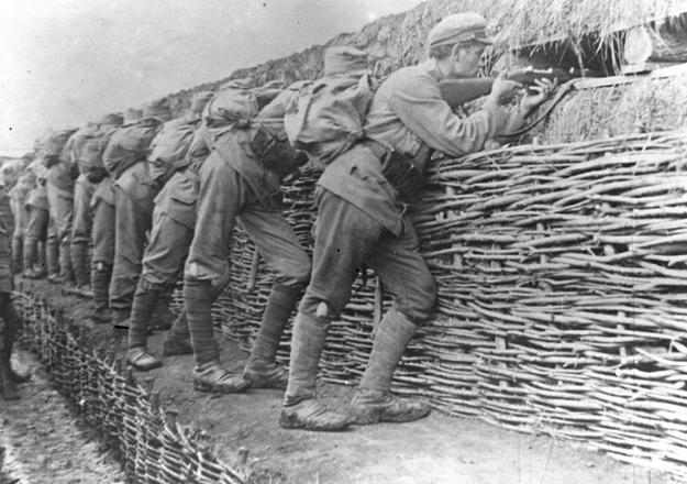 Żołnierze II Brygady w okopach pod Rarańczą /Z archiwum Narodowego Archiwum Cyfrowego