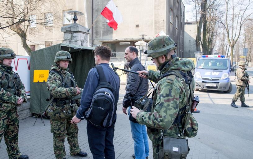 Żołnierze kontrolują rezerwistów, którzy otrzymali wezwania /Andrzej Grygiel /PAP