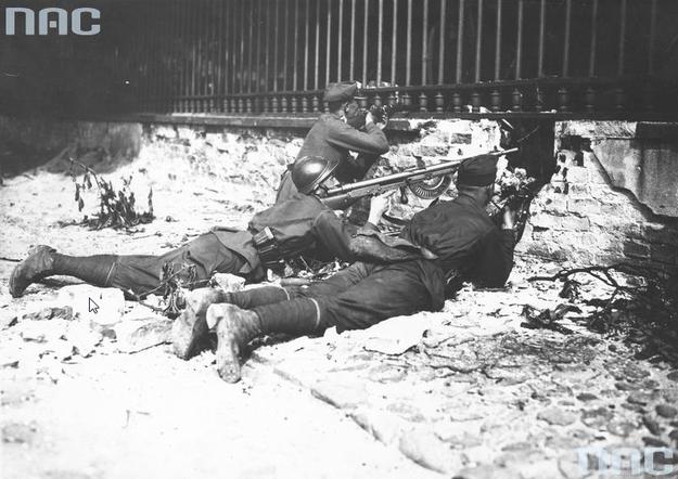 Żołnierze na stanowisku podczas obrony Belwederu /Z archiwum Narodowego Archiwum Cyfrowego