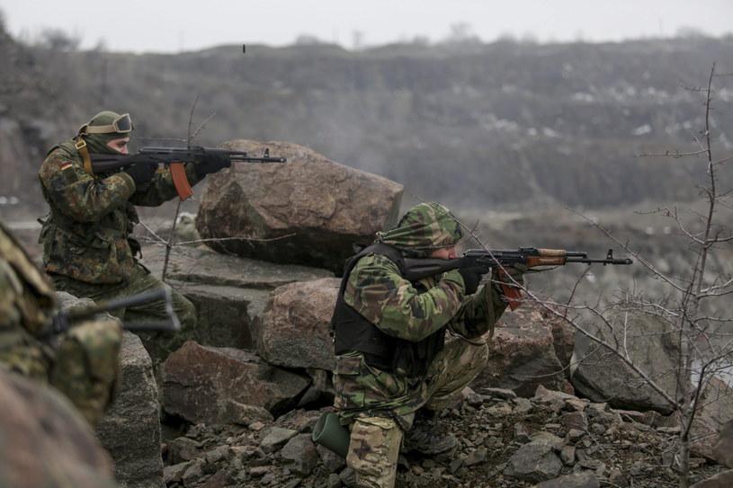 """Żołnierze ochotniczego batalionu """"Azow"""" podczas ćwiczeń w rejonie Mariupola /PAP/EPA"""