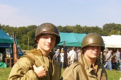 Żołnierze przygotowują się do rekonstrukcji walk o Normandię w 1944 r.
