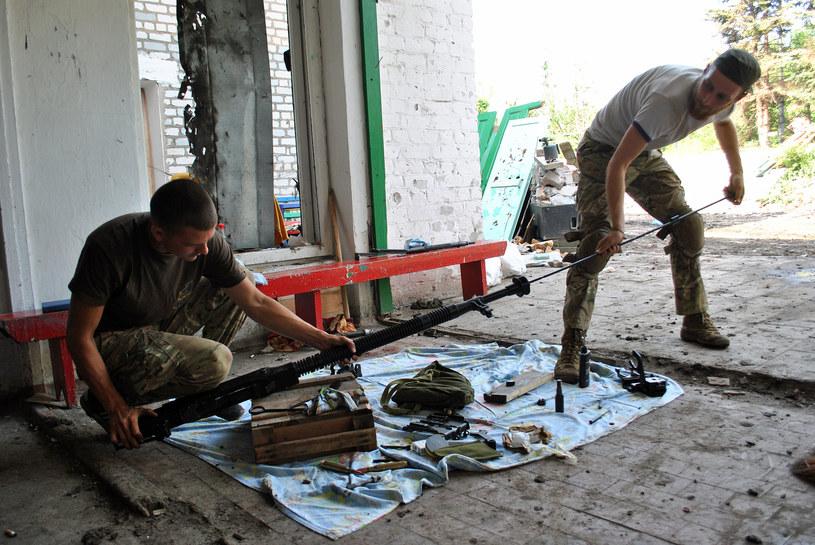 Żołnierze rozkładający i czyszczący potężny karabin DSzK /Marcin Ogdowski /INTERIA.PL