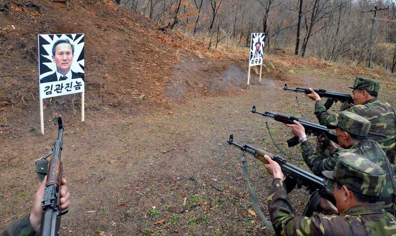 Żołnierze strzelają do tarczy ze zdjęciem południowokoreańskiego ministra obrony /AFP