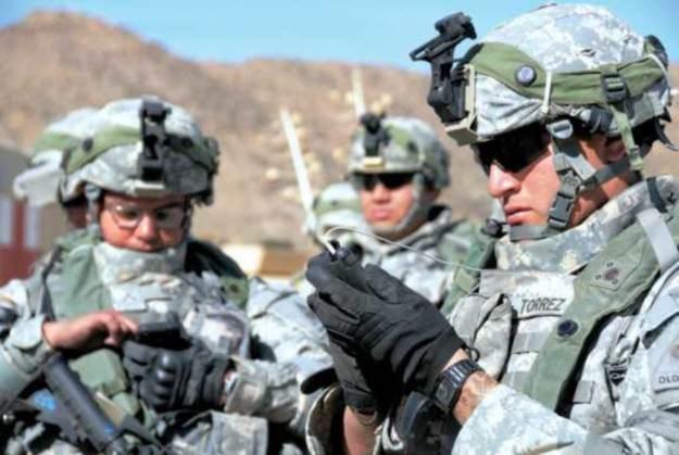 Żołnierze testują iphone'a podczas manewrów w Fort Bliss /PC Format