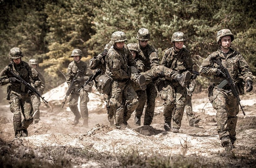Żołnierze uczą się posługiwać bronią i podstaw ratownictwa pola walki /DWOT /INTERIA.PL/materiały prasowe