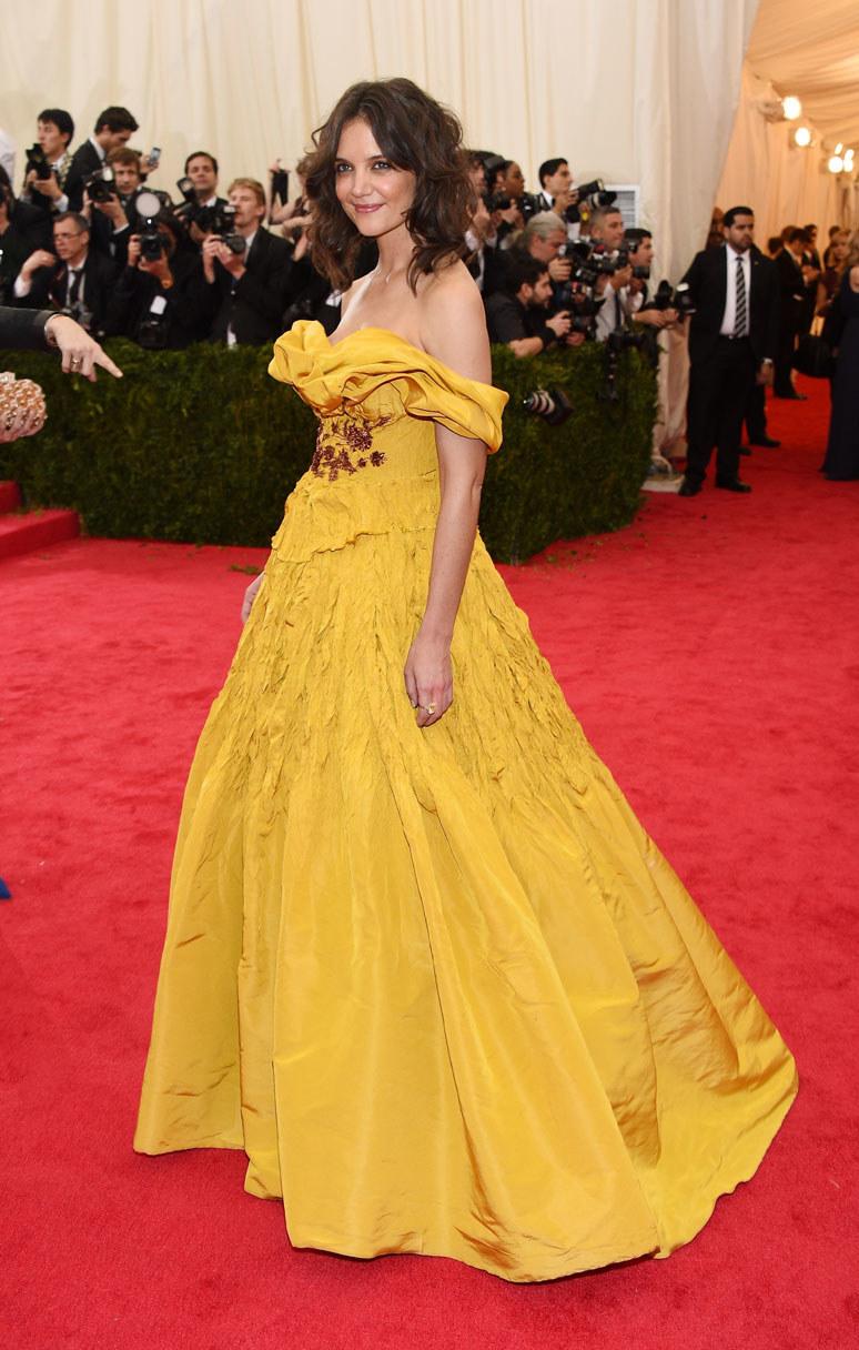 Żółtą kreację Kate Holmes (Marchesa) krytycy porównywali do sukienki z kreskówki Piękna i bestia /Getty Images
