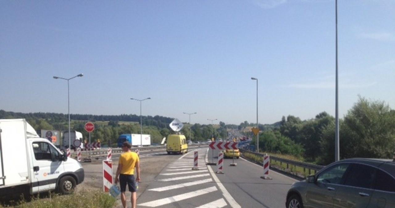 Żółto-niebieski konwój rozdaje wodę na A4 w Krakowie