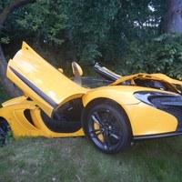 Żółty McLaren rozbity o drzewo.