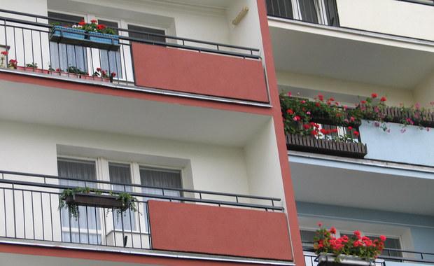 Zostawiła w domu dzieci, one nieubrane wyszły na balkon. Sprawą zajmie się sąd