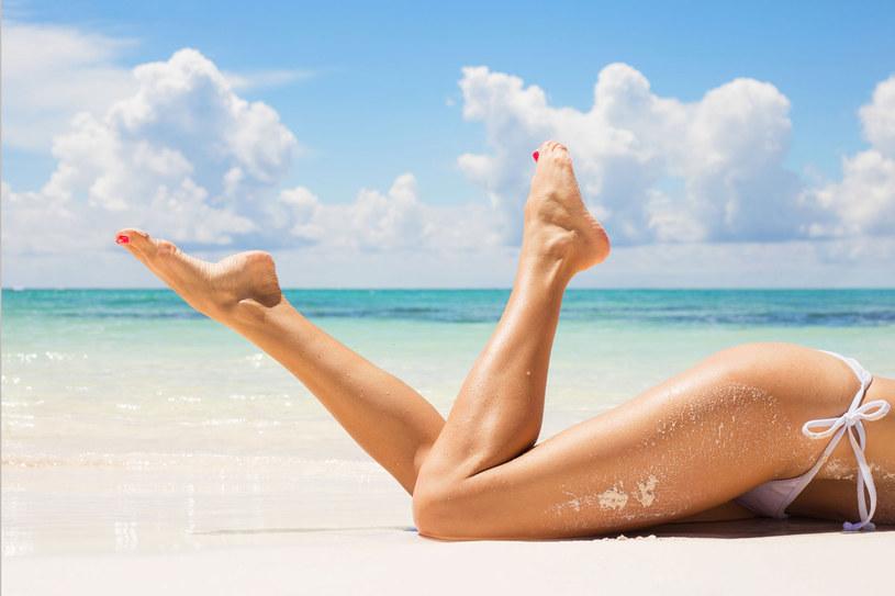 Zrezygnuj z relaksacyjnych kąpieli stóp - ich skóra szybciej się wysuszy i może zacząć pękać. /123RF/PICSEL