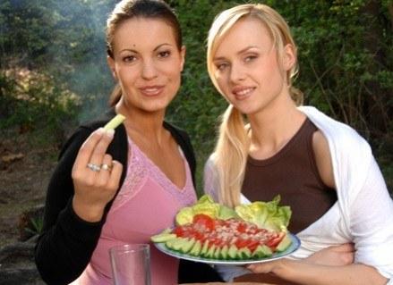 Źródłem beta-karotenu są owoce i warzywa o zabarwieniu pomarańczowym i czerwonym, m. in. pomidory. /MWMedia