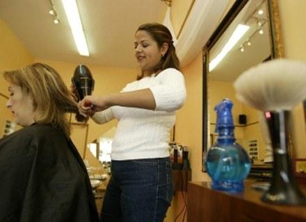 Źródłem zakażenia mogą być niewłaściwie wykonywane zabiegi kosmetyczne. /AFP