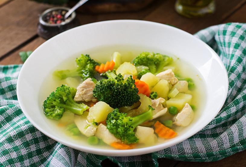 Zupa brokułowa z kurczakiem /123RF/PICSEL