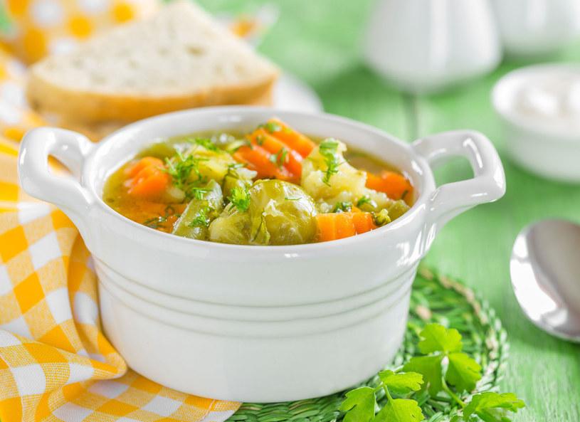 Zupa jarzynowa doskonale smakuje latem /123RF/PICSEL
