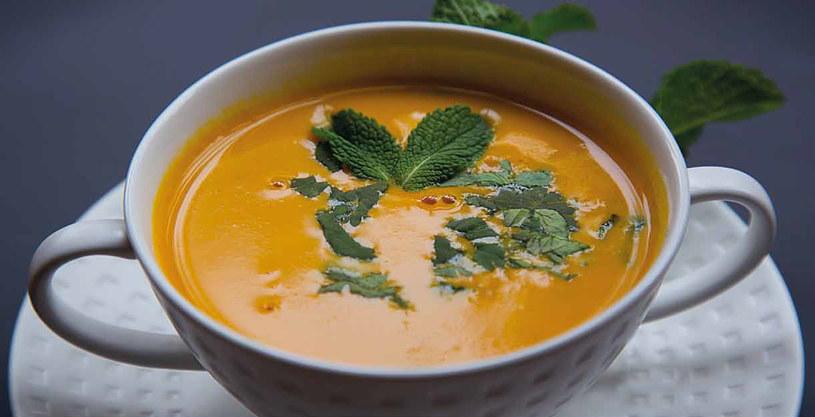 Zupa krem z marchewki z marynowanym imbirem i sałatka z krewetek /materiały prasowe