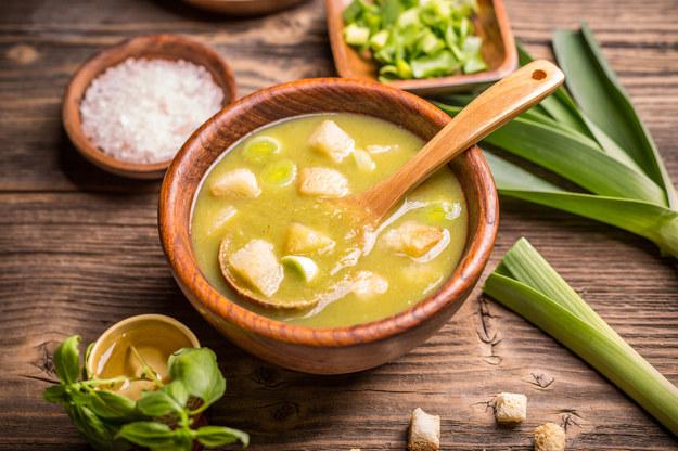 Zupa porowa z grzankami /123/RF PICSEL