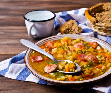 Zupa z soczewicą, dynią i parówkami
