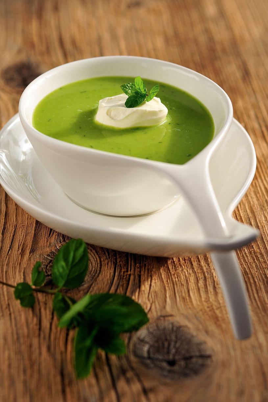 Zupa z zielonego groszku ze świeżą miętą /© Piotr Bolko / madeinbrain.com /Wydawnictwo Znak