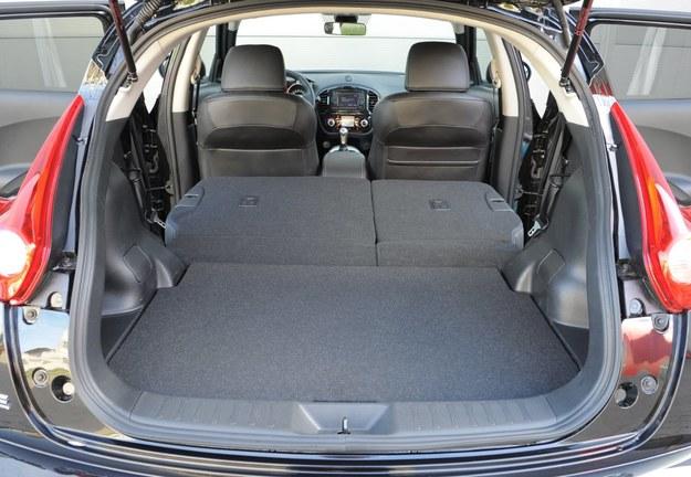 Zupełnie płaska podłoga po położeniu oparć: plus. A pojemność? Też nieźle: 355-830 l. /Motor
