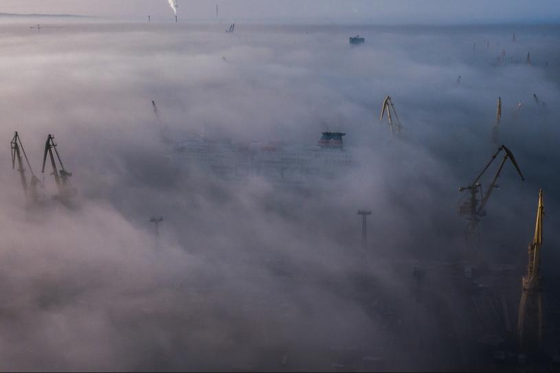 Żurawie stoczni szczecińskiej wystające ponad poranną mgłą. Szczecin (Polska), 8 marca 2016 r. /Mikołaj Nowacki/ Freelancer /