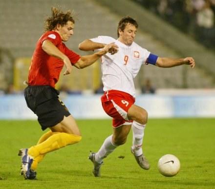 Żurawski walczy o piłkę z Van Buytenem. /Darek Hermiesz/SPORT-FOTO