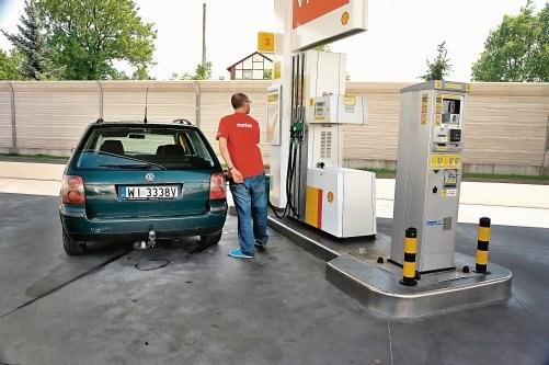 Zużycie paliwa na porównywalnym do nowego auta poziomie świadczy o nienagannej kondycji silnika. Na zbiorniku można przejechać 1000 km. /Motor
