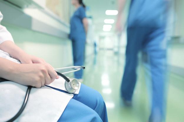 """Zwalniają lekarzy i pielęgniarki. """"Nadwykonania""""... /123RF/PICSEL"""