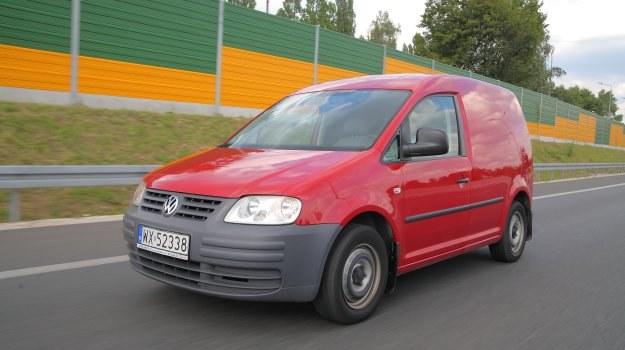 Żwawo pokonuje kolejne kilometry: silnik Caddy'ego ma prawie same zalety, auto jest zwrotne, praktyczne i ma spory prześwit. /Motor
