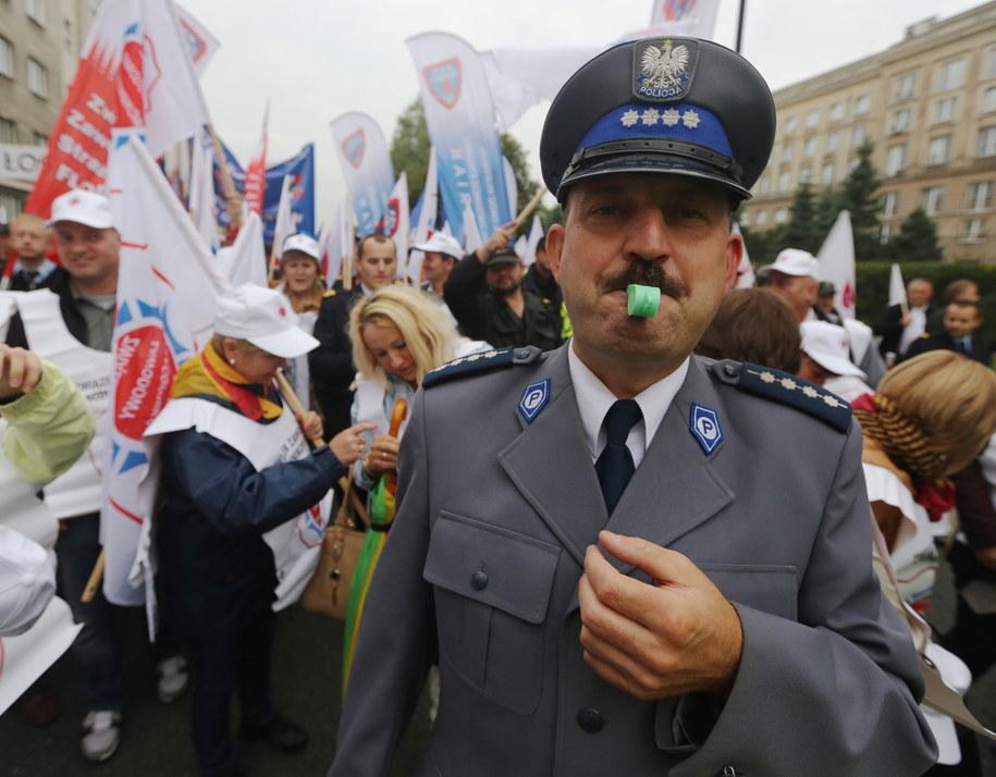 Związkowcy podczas demonstracji przed Ministerstwem Spraw Wewnętrznych /Tomasz Gzell /PAP