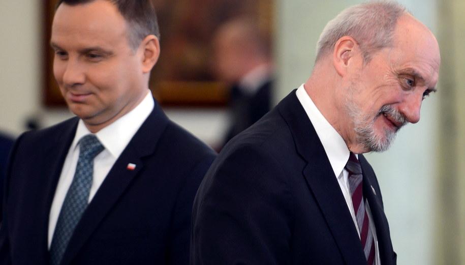 Zwierzchnik sił zbrojnych, prezydent Andrzej Duda (L) i minister obrony narodowej Antoni Macierewicz (P) /Jakub Kamiński   /PAP