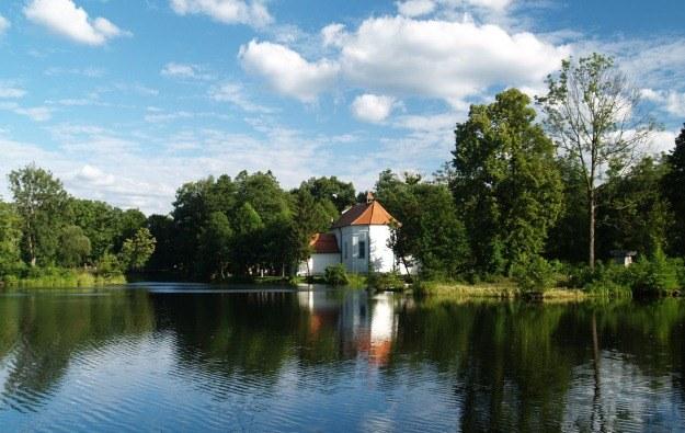 Zwierzyniec - barokowy kościół pw. sw Jana Nepomucena na wyspie stawu /Małgorzata Żyłko /INTERIA.PL