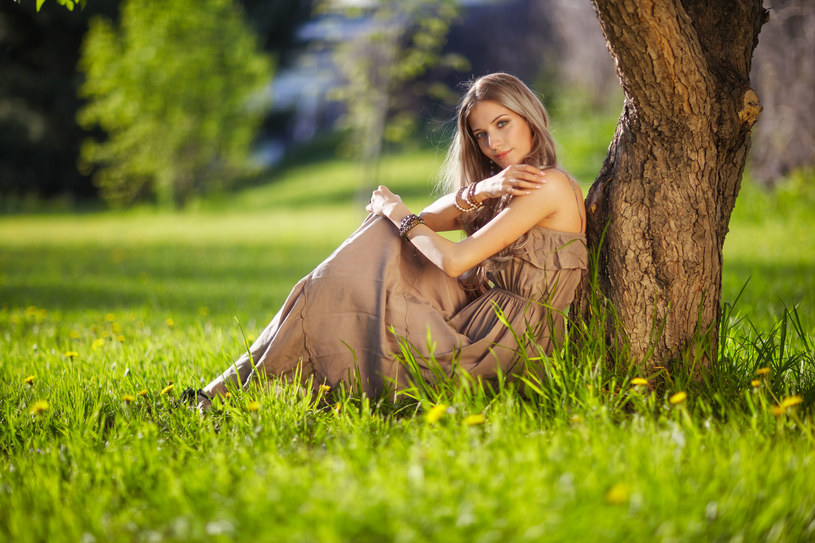 Zwiewna sukienka maksi to hit lata /123RF/PICSEL