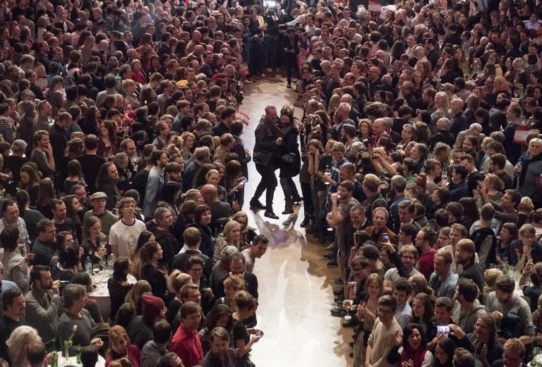 Zwolennicy Alexandra Van der Bellena tańczą z radości /AFP